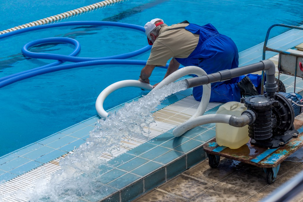 cleaning the swimmingn pool